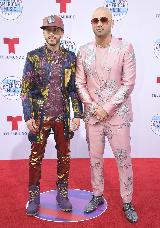 Sin duda, los reguetoneros boricuas Wisin y Yandel no pasaron desapercibidos en la alfombra roja con sus coloridos trajes. (AP)