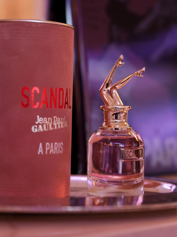 """Frascos rosados de """"Scandal A Parisl"""" decoran las mesas.Fotos Paul Blind, Francois Goizé, Valentin Lecron."""