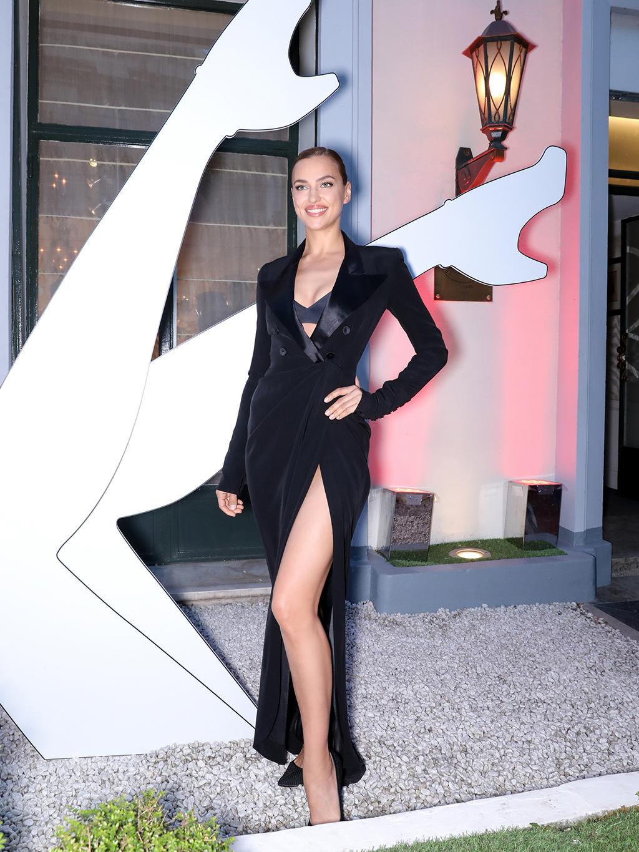 """La modelo Irina Shayk, rostro de la campaña del nuevo perfume de Jean Paul Gaultier, llegó en un vestido estilo """"menswear""""con una pronunciada abertura que dejaba ver sus estilizadas piernas. Fotos Paul Blind, Francois Goizé, Valentin Lecron."""