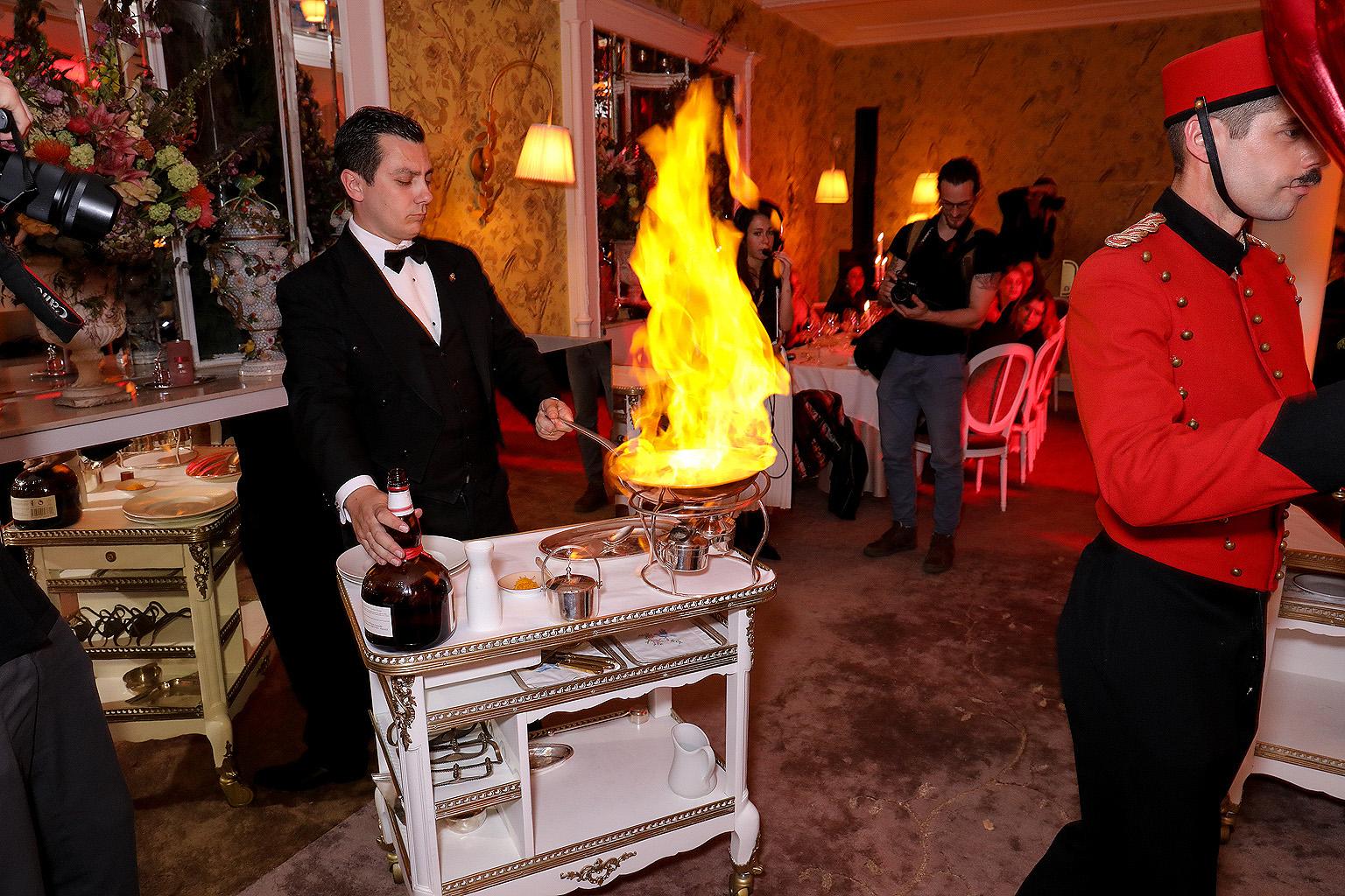 La cena empieza con trufas negras y alcachofas y culminó con crepas hechas al momento con licor y ralladura de naranjas. Fotos Paul Blind, Francois Goizé, Valentin Lecron.