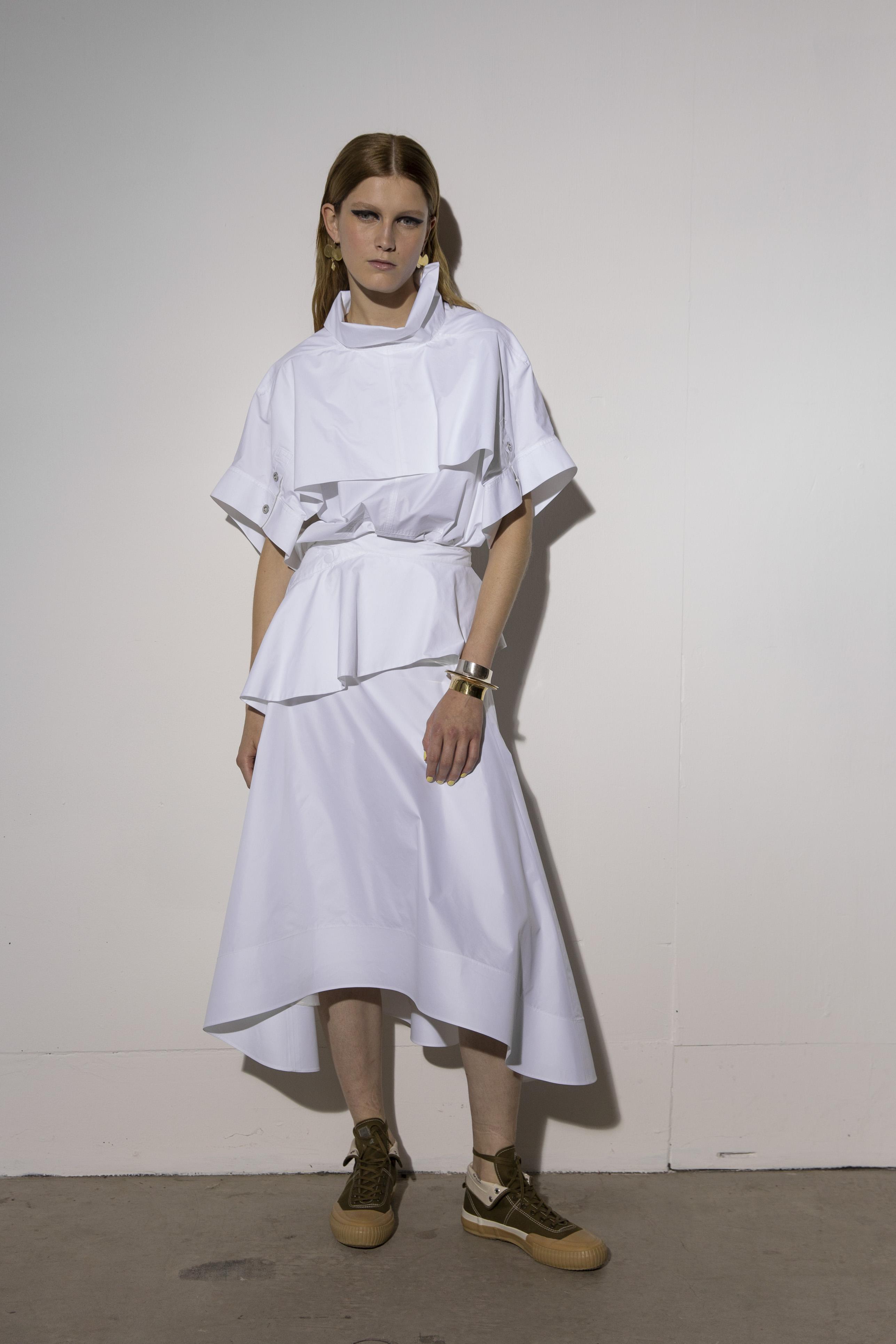 Ve sacando del fondo de tu clóset el vestido blanco veraniego y no lo combines con otro par de zapatos que no sean tus tenis favoritos. (WGSN)
