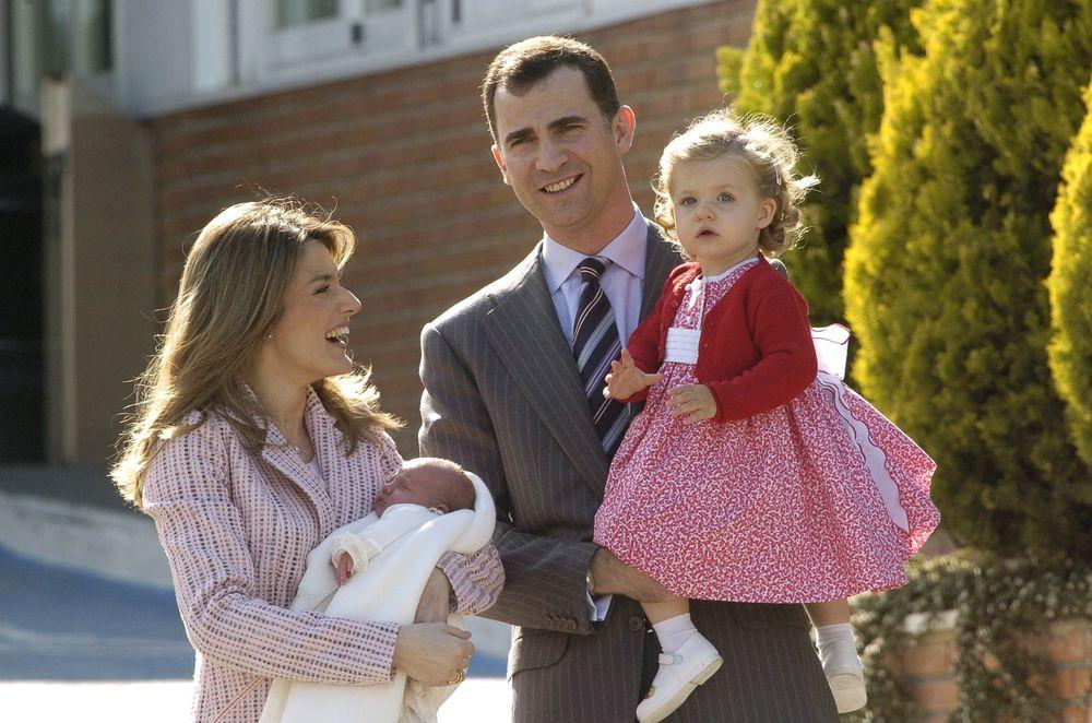 Leonor, junto a sus padres, a la salida del Hospital Ruber Internacional de Madrid, donde nació su hermana, Sofía, en mayo de 2007. (EFE)