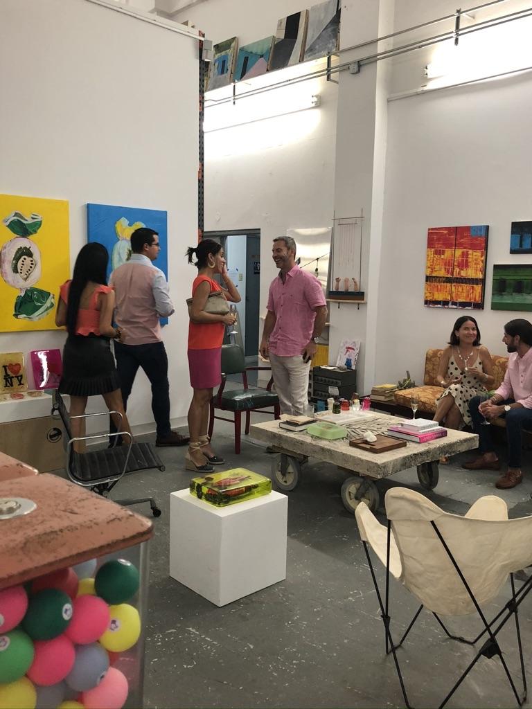 En esta edición, los asistentes tuvieron la oportunidad de visitar el estudio del artista emergente, Eduardo Cabrer y conocer su trabajo más reciente.   Foto suministrada