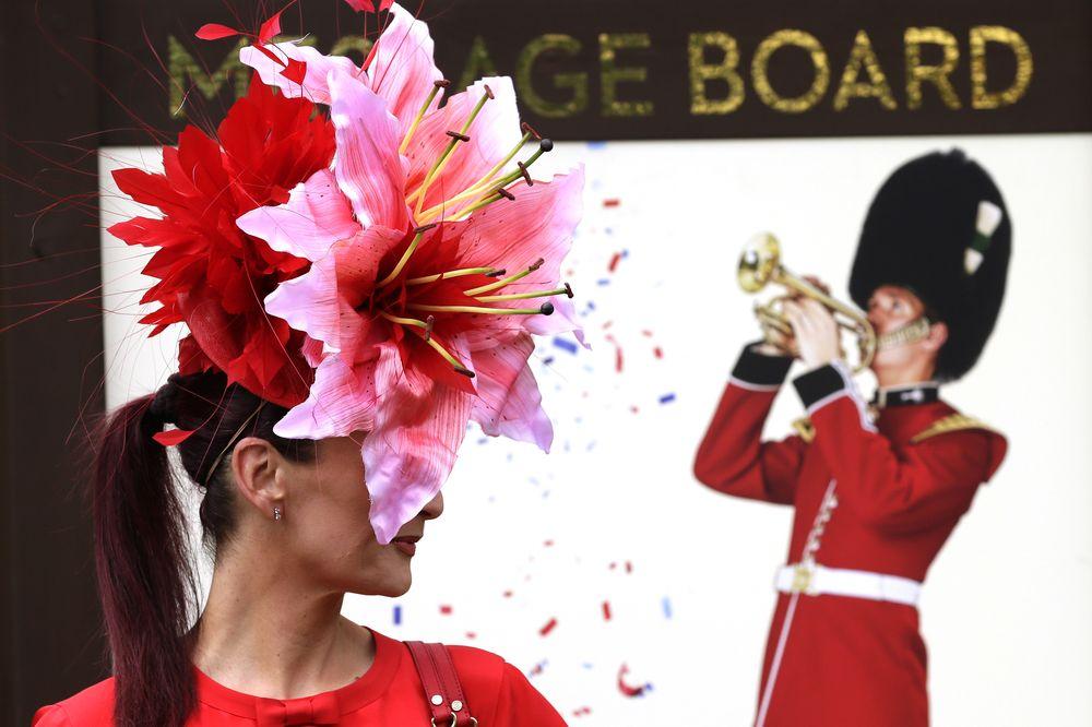Un sombrero en forma de flor, utilizando distintas tonalidades de rojo y rosado para destacar los detalles más complejos del accesorio. (Foto: AP)
