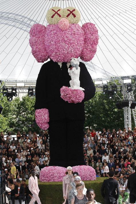 La escultura de flores en forma de un muñeco fue una petición de Jones y representaba la silueta del propio creador Christian Dior, con la efigie de su perro Bobby entre los brazos. (EFE)