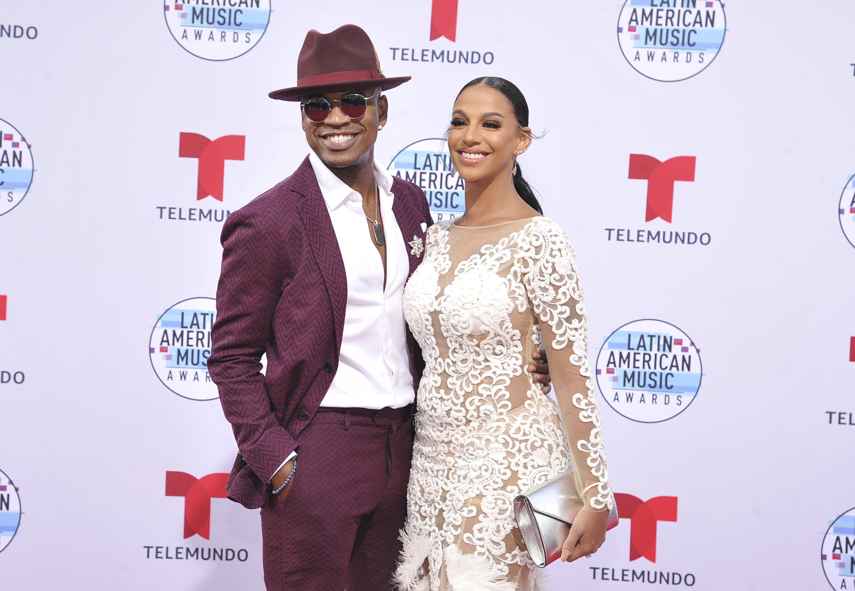 El cantante Ne-Yo y su novia Crystal Renay también impactaron con su estilo para la gran noche de la música latina. (AP)