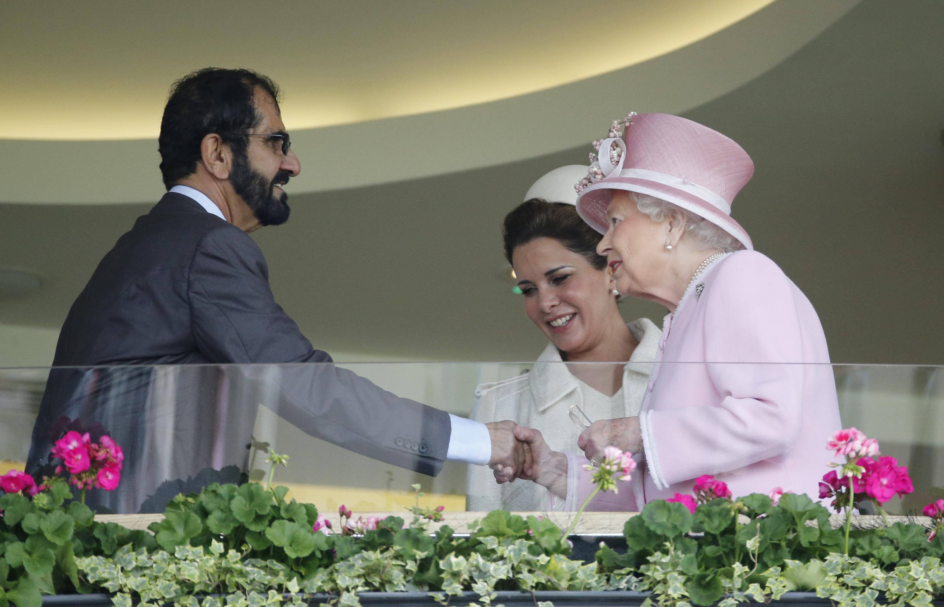 Haya junto a su esposo y la reina Elizabeth II durante el segundo día de las carreras de caballos Royal Ascot en Ascot, Inglaterra, en 2016. (Archivo)