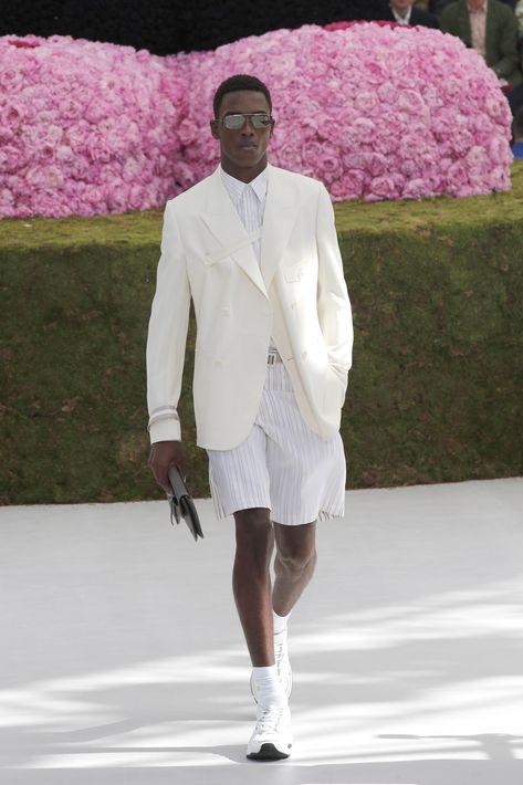 Jones puso sobre la pasarela blanco y tonos pastel para un Dior más luminoso e inocente que la clásica reinterpretación del traje negro o conjunto pantalón-jersey en la que se había estancado. (EFE)