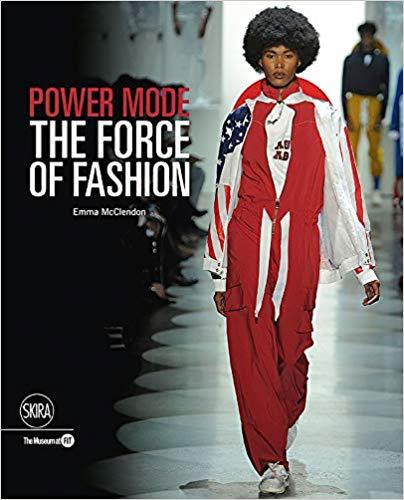 """""""Power Mode: The Force of Fashion"""" es una publicación que va en conjunto con la exposición del mismo nombre que se presenta actualmente en The Museum en The Fashion Institute of Technology, en Nueva York. El libro que explora los múltiples roles que juega la moda en la sociedad. (Suministrada)"""