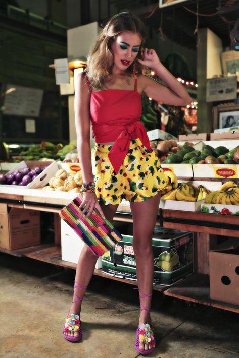 """Blusa y pantallas, de Olivia Boutique; pantalón y pulseras, de Escarcha; sandalias y cartera tipo """"clutch"""", de Saks Fifth Avenue."""