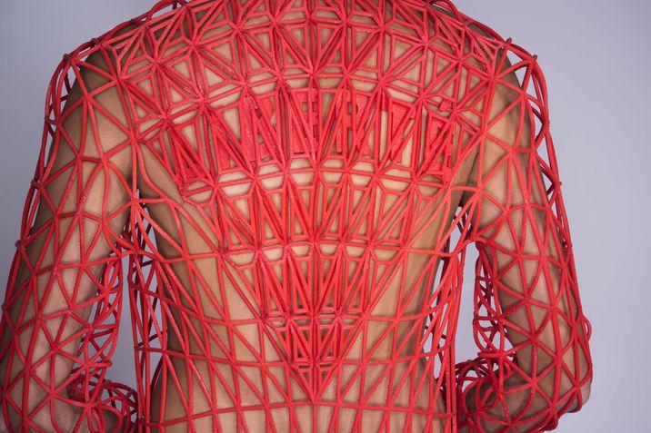 Espalda de una chaqueta creada con filaflex, por la diseñadora Israelí Danit Peleg.