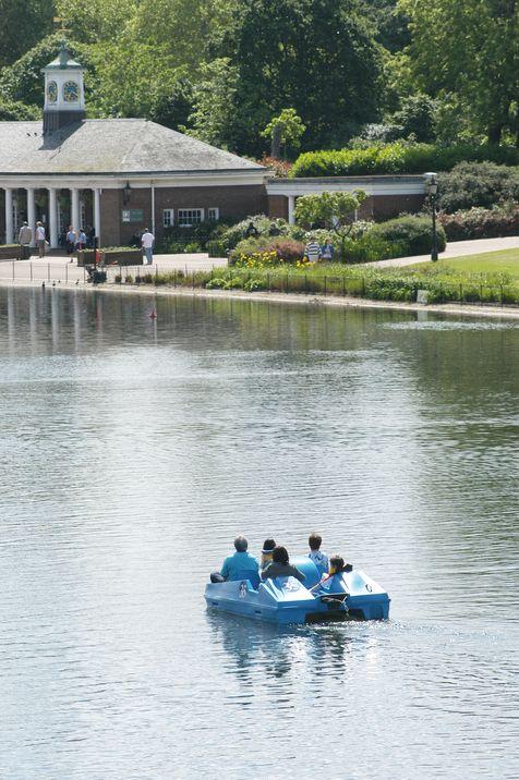 Jóvenes disfrutan de un recorrido en un bote a pedales en el estanque de The Serpentine, en Hyde Park.