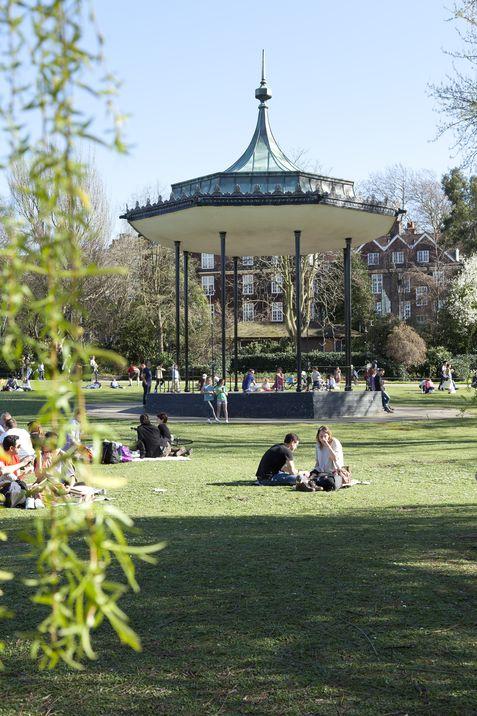 Jóvenes disfrutan del buen clima en verano en Regent´s Park.