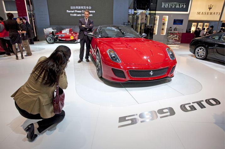 Son muchos los automóviles que marcaron, año tras año, el nombre de Ferrari: desde el citado 125 S, al 166 Inter de 1948, del 250 GTO al 275 GTB, símbolos de los años 60, hasta llegar a los más recientes 360 Spider o el 599 GTO. En la imagen, éste último modelo, el 599 GTO, en el Salón del Automóvil de Pekín, de 2010.  (EFE/Doego Azubel)