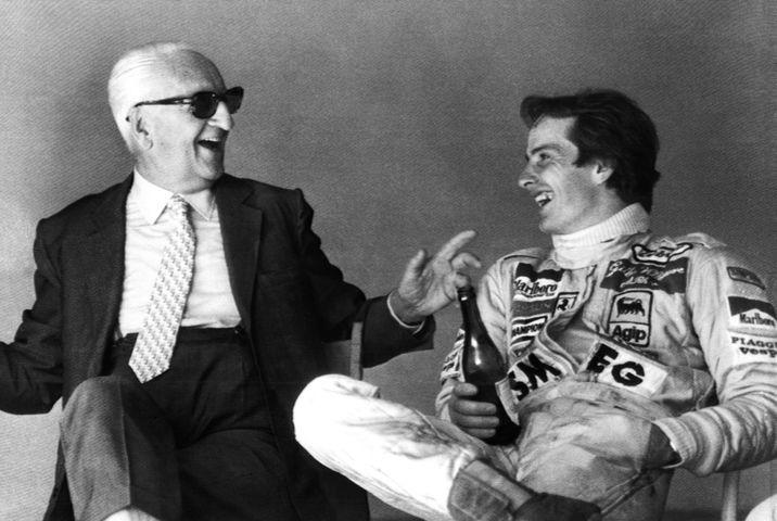 Imagen de 1978, del presidente de Ferrari Enzo Ferrari y el piloto Gilles Villeneuve. (EFE)