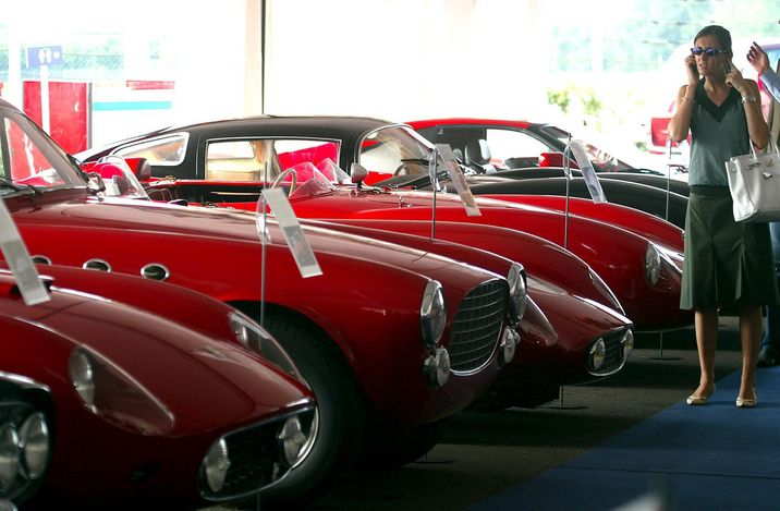Vista de los coches de colección Ferrari y Maserati expuestos para ser subastados por la casa Sotheby en la sede de Ferrari en Maranello, Italia, en 2005. (EFE/Banvenuti)