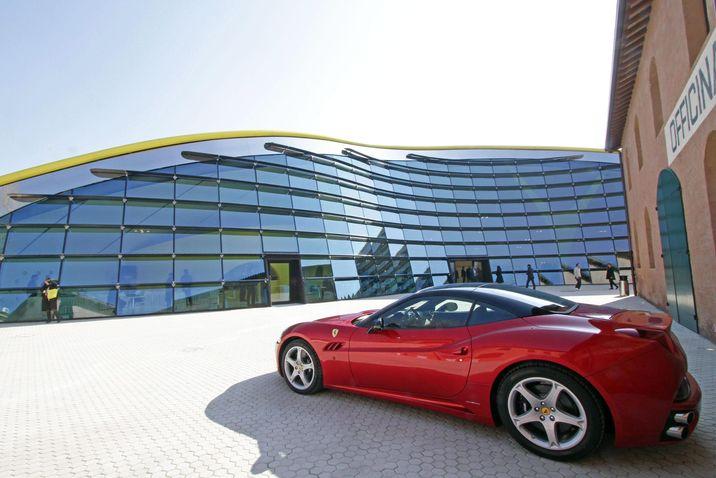 Imagen del exterior del Museo Enzo Ferrari en Modena. (EPA/Elisabetta Baracchi)