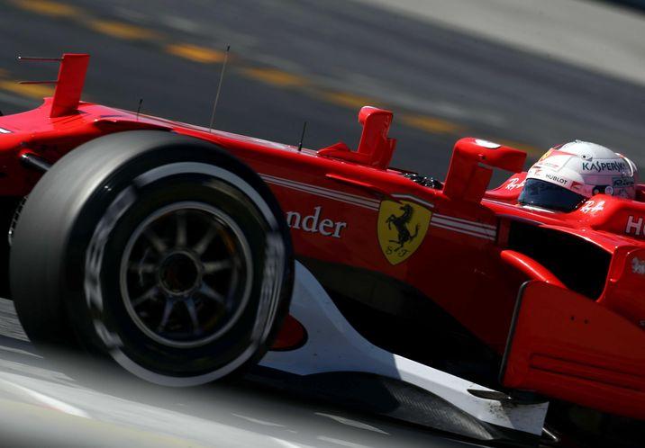 Ferrari pretende conseguir este año el título de F-1 coincidiendo con su 70 aniversario. En la imagen, el monoplaza del piloto alemán Sebastian Vettel. (EFE/Toni Albir)