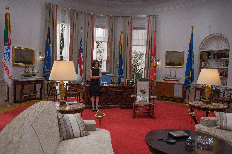 La película rescata uno de los objetos-símbolo: la mecedora en la que se sentaba Kennedy por sus problemas de espalda al ser herido en la Segunda Guerra Mundial., y en la que tantas veces fue fotografiado en el Despacho Oval.