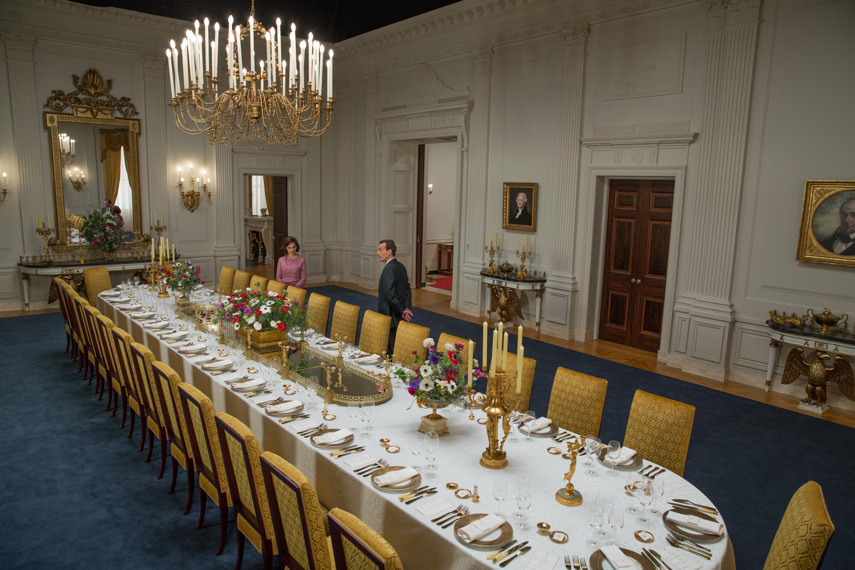 Las cenas de Estado se engrandece con una cubertería en tonos dorados y platos llenos de filigranas con el mismo metal.