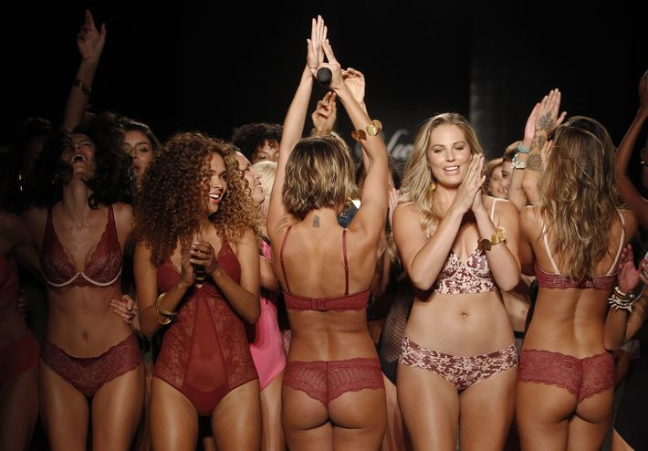 Las modelos celebraron juntas en pasarela al final del desfile.