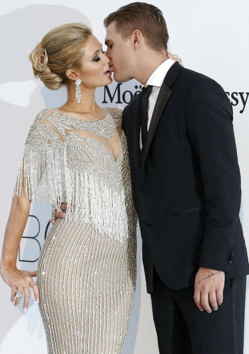 Aunque todavía no tienen fecha de boda, Paris Hilton y el actor estadounidense de origen ruso Chris Zylka se han comprometido para casarse en 2018. (Foto: EFE/Guillaume Horcajuelo)