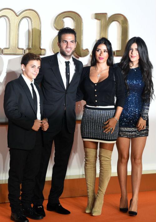 El futbolista español Cesc Fabregas, su compañera Daniella Seemaan (segunda de derecha a izquierda), junto a los hijos de ésta Leonardo y su hija Capri. La pareja se casará en los próximos meses. (Foto: EFE/Facundo Arrizabalaga)