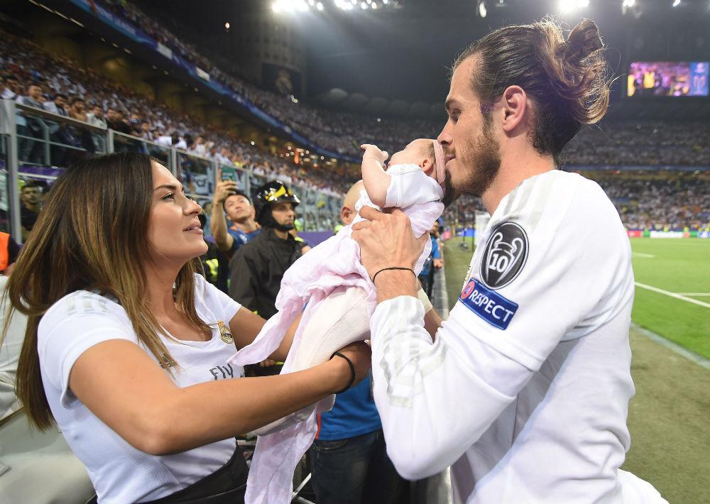 El futbolista galés, Gareth Bale, y la madre de sus hijos, Emma Rhys-Jones, se casarán el próximo mes de mayo, según la prensa inglesa, en un lujoso castillo italiano. (Foto: EFE/Danielle Mascolo)