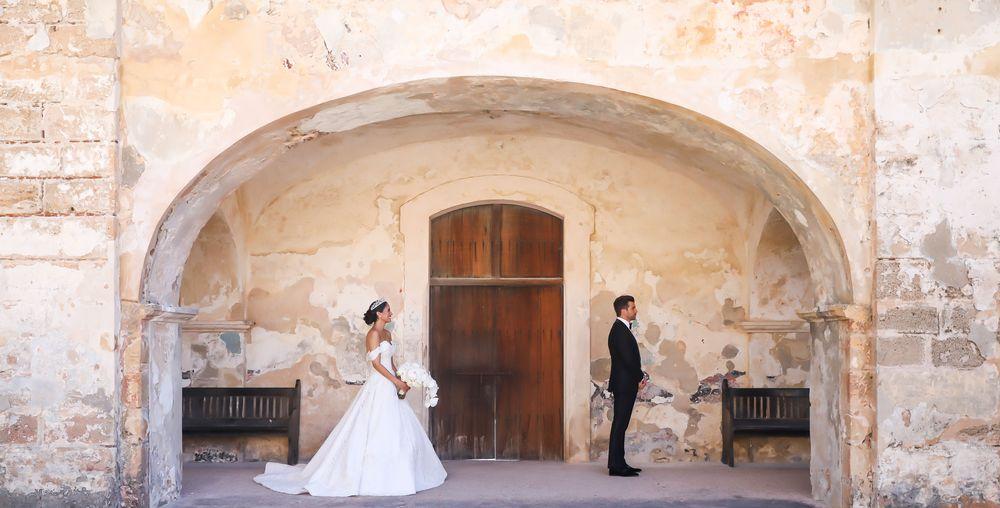 """En la arcada del Castillo San Cristóbal, preparados para el """"first reveal"""". Fotografia: Keren Photography"""