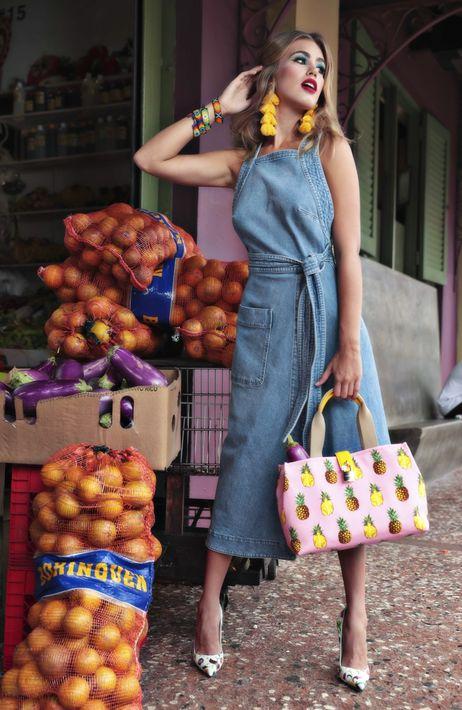 """Vestido, bolso y zapatos estilo """"pump"""", de Saks Fifth Avenue; y pantallas, de Olivia Boutique."""