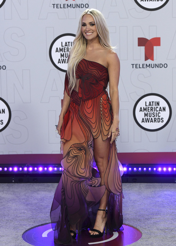 Carrie Underwood llevó puesto un vestido asimétrico en tonalidades naranjas firmado por Iris Van Herpen. (AP)