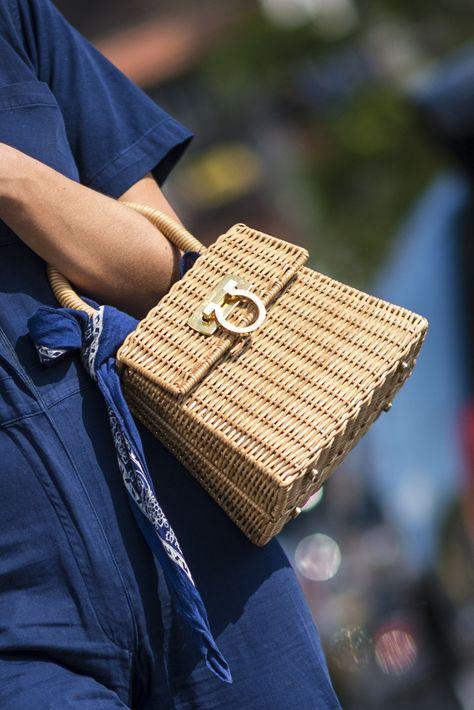 Las piezas de vestir de madera, la pajilla, el corcho y la rafia- se asoman como una opción para darle una apariencia más refrescante a tu manera de vestir.