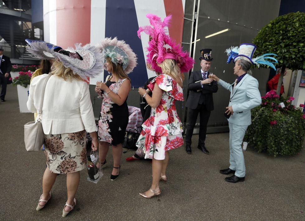 Un grupo de invitados luciendo sus accesorios y vestidos atrayentes. (Foto: AP)