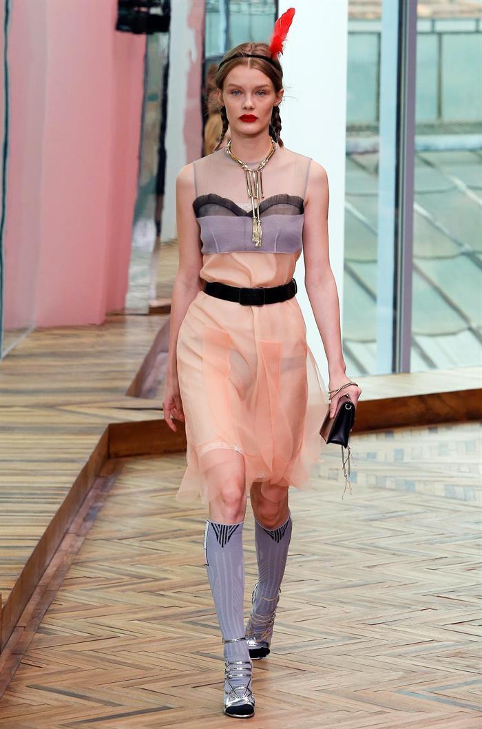 La colección crucero de Prada jugó con la ligereza y feminidad de las faldas transparentes y vestidos. EFE