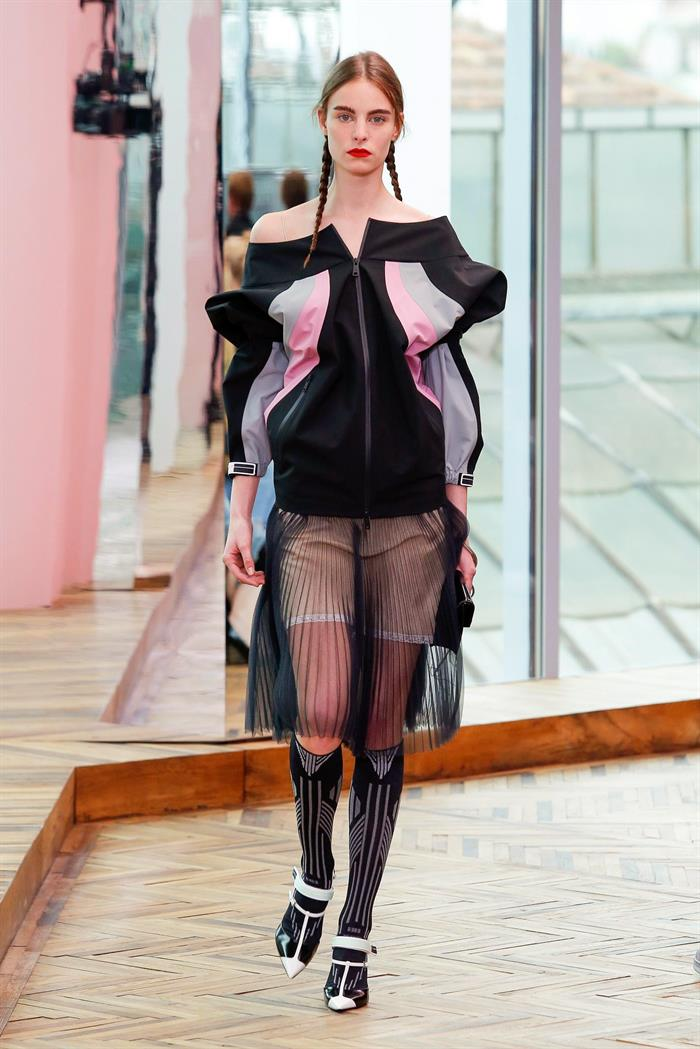 Miuccia Prada dio vida a pantalones cortos inspirados en los años 70 pero con un toque modernista. EFE