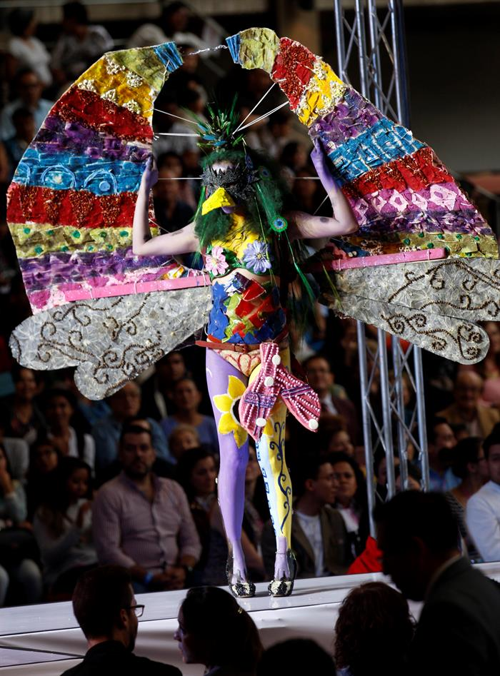 Una estudiante participa en la undécima edición de la Pasarela Gastronómica en el Claustro Sor Juana de Ciudad de México.  EFE/Jorge Núñez
