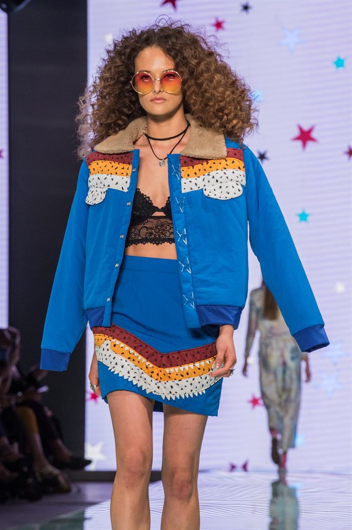 Una modelo luce un colorido traje de la diseñadora Shantall Lacayo inspirado en poemas de su país. Foto EFE/Giorgio Viera.