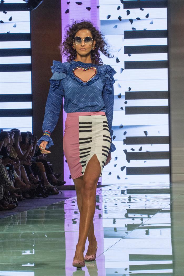 La diseñadora Shantall Lacayo integró diseños y escenografía durante la presentación de su colección en el Miami Fashion Week. Foto EFE/Giorgio Viera.