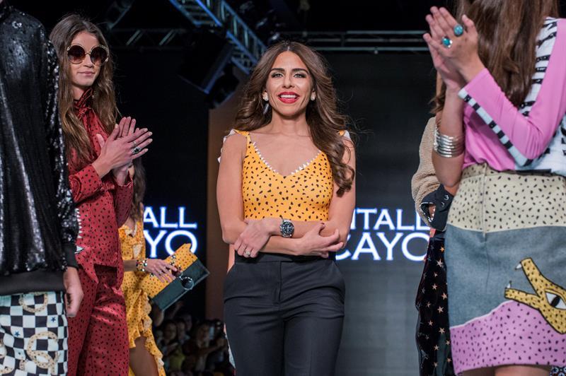 La diseñadora Shantall Lacayo saluda a los asistentes a la Semana de laModaen Miami 2017, en Ice Palace de Miami. Foto EFE/Giorgio Viera.