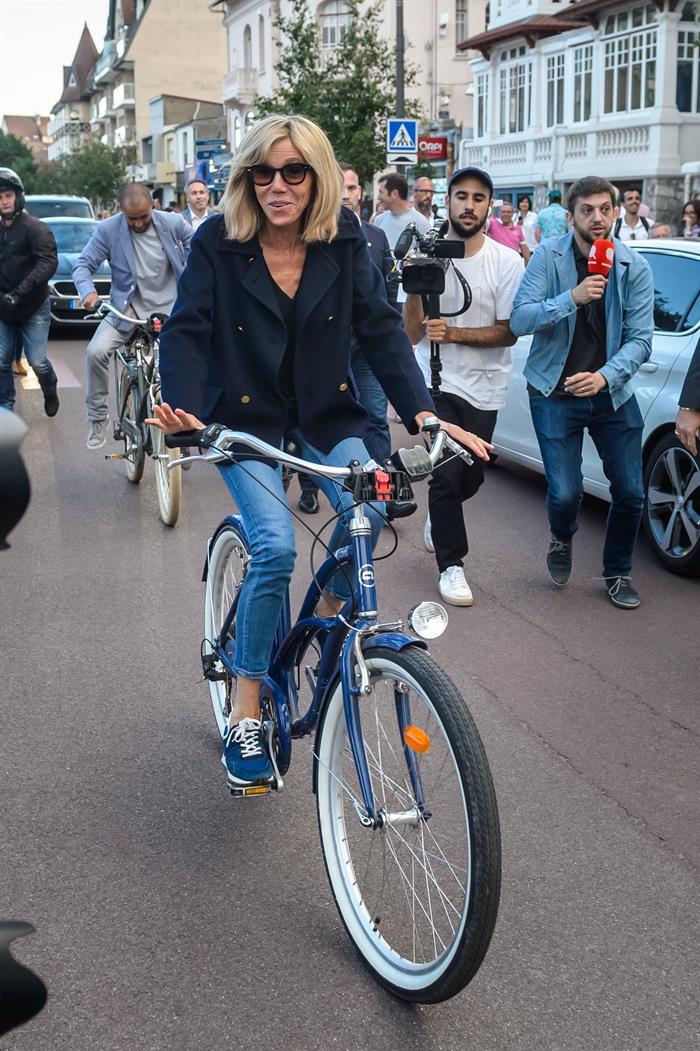 De paseo y en bicicleta, la primera dama, Brigitte Macron, encanta a los franceses. EFE/EPA/Christophe Petit Tesson.