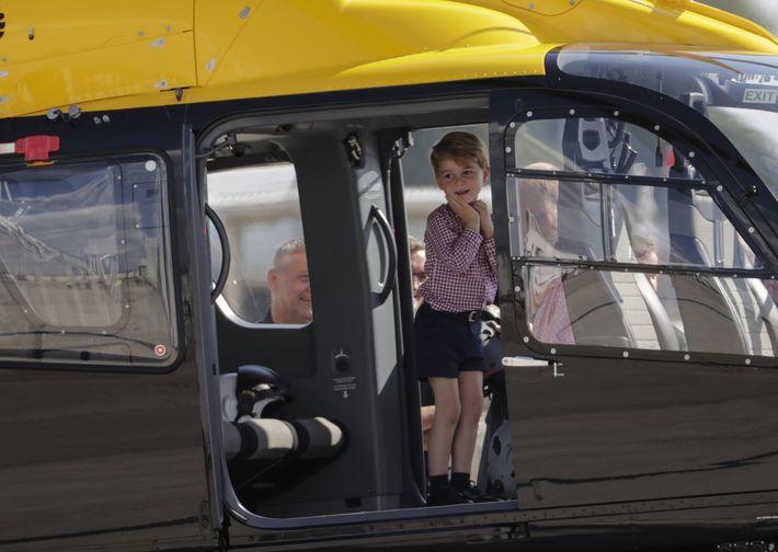 El príncipe George no esconde su asombro luego de montarse en un helicóptero mientras visita junto a sus padres, los duques de Cambridge, la línea final de montaje del Airbus A320 en la fábrica Airbus en Hamburgo (Alemania. ( EFE/Carsten Koa)