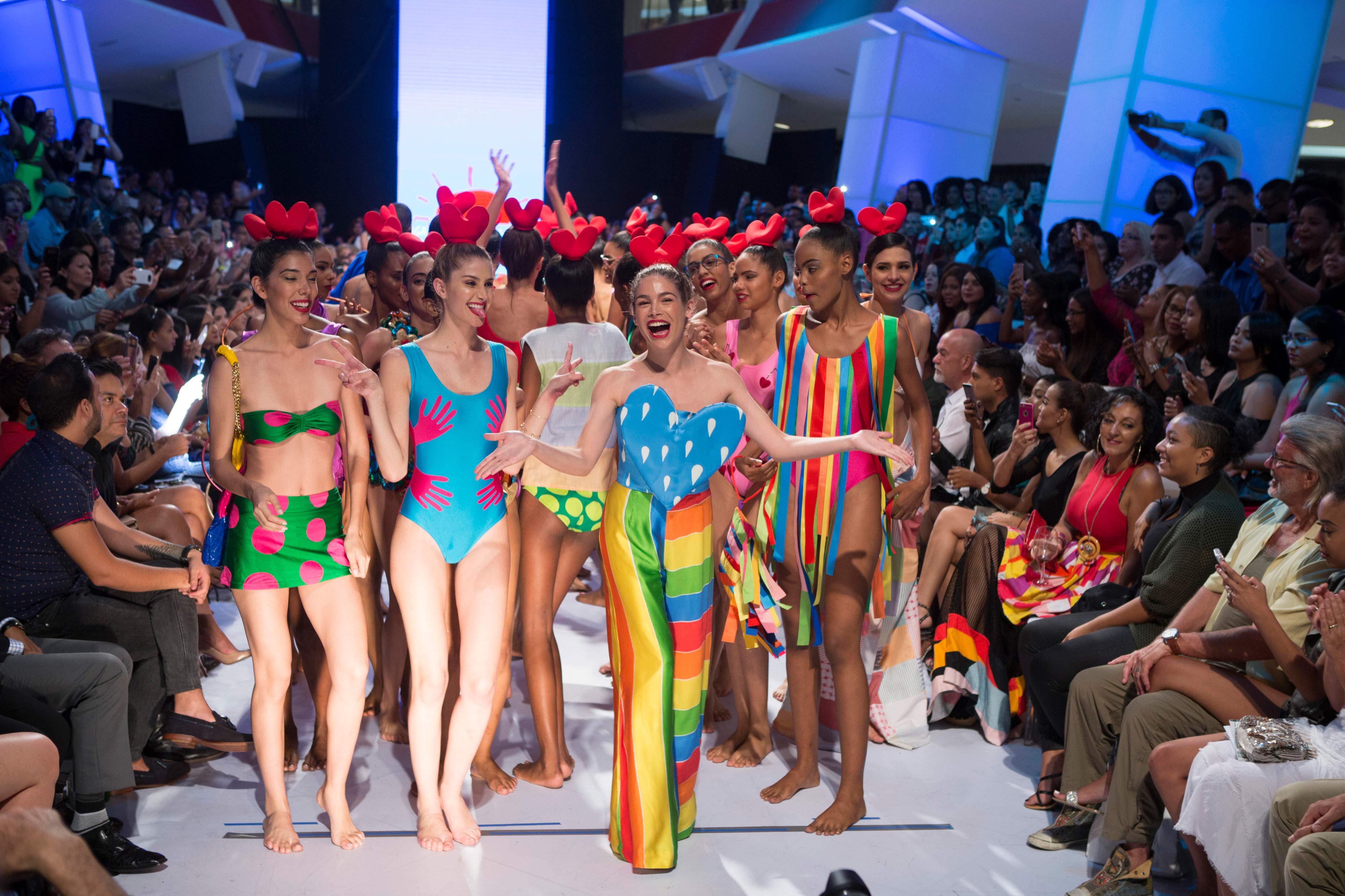 Ágatha Ruiz de la Prada no decepcionó y entregó una explosión de color, tal como se esperaba, en la Semana de la Moda de Dominicana. Foto EFE/ Orlando Barría.