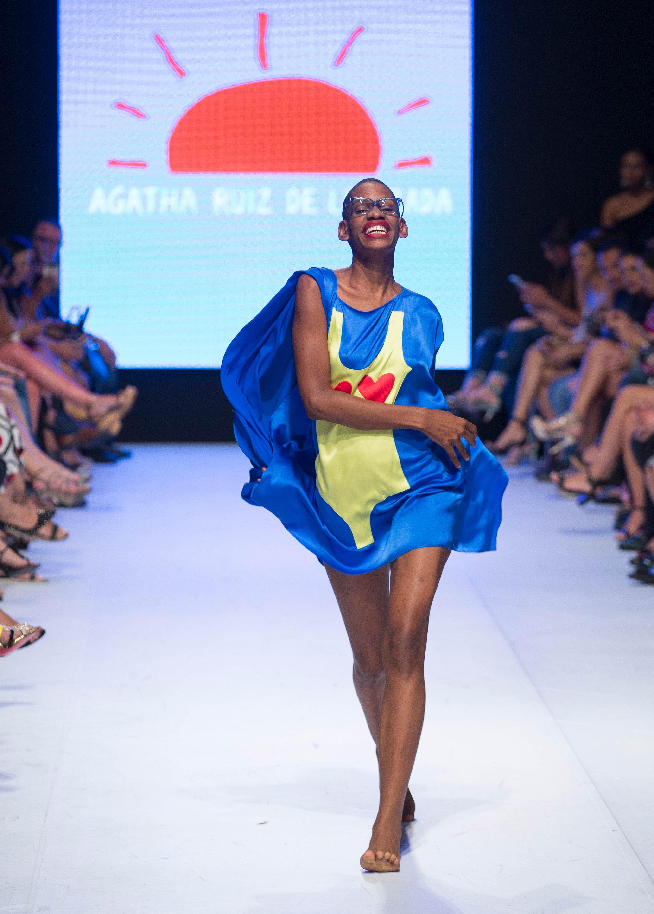 El azul, uno de los colores shocking de la diseñadora Ágatha Ruiz de la Prada, durante la clausura de la Semana de la Moda de Dominicana. Foto EFE/ Orlando Barría.
