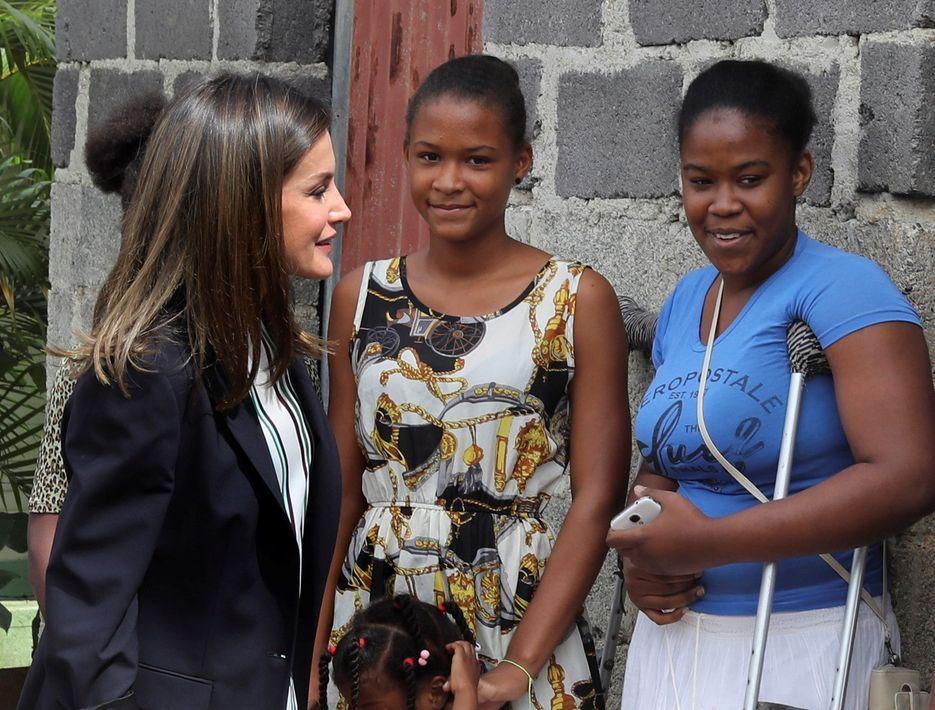 La reina Letizia (izquierda) visita un barrio de la localidad de Monte Plata, en República Dominicana, durante su viaje para conocer algunos de los proyectos de cooperación española. (EFE)