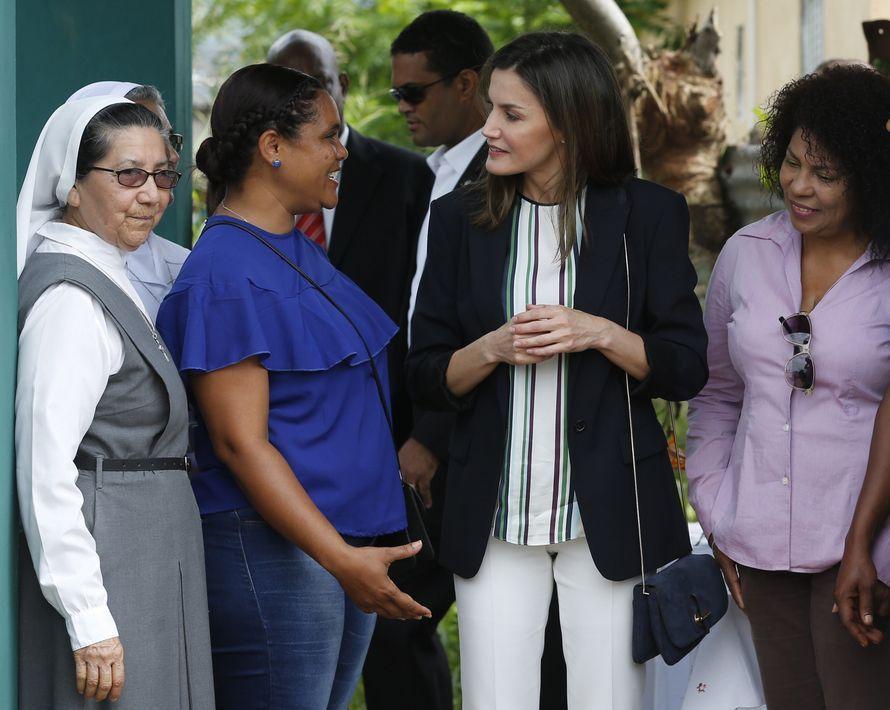 La reina Letizia (centro) durante la inauguración de un proyecto de distribución de agua en un barrio de la localidad de Monte Plata, en República Dominicana. (EFE)