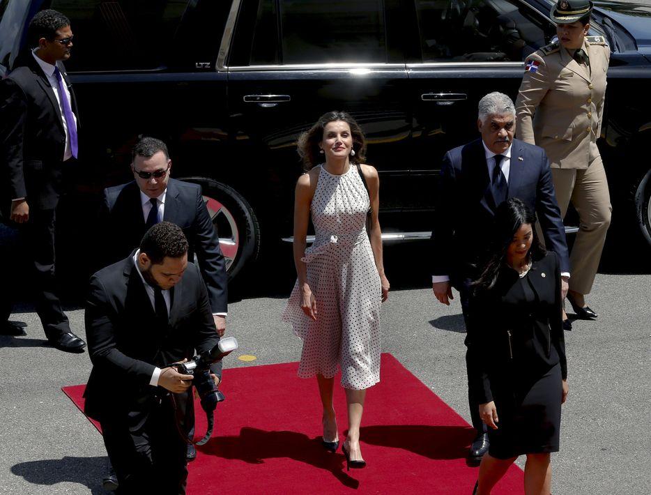 La reina Letizia a su llegada al encuentro con el presidente de la República Dominicana, Danilo Medina, en el palacio presidencial de Santo Domingo. (EFE)