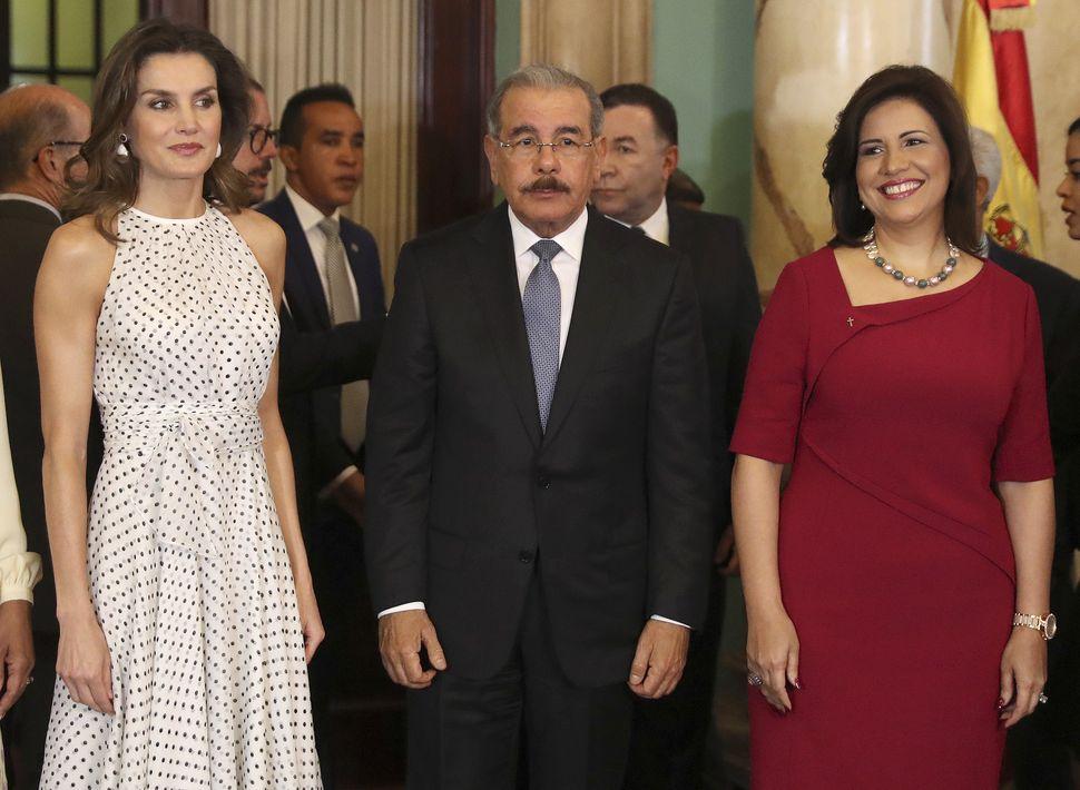 La reina Letizia durante su encuentro con el presidente de la República Dominicana, Danilo Medina, y la vicepresidenta, Margarita Cedeño (derecha). (EFE)