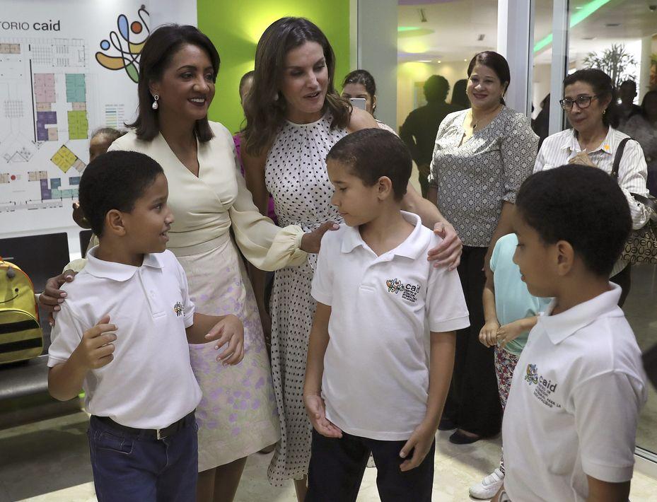 La esposa del presidente dominicano, Cándida Montilla de Medina (izquierda), y la reina Letizia visitan el Centro de Atención Integral para la Discapacidad (CAID) de Santo Domingo Oeste, donde se atiende a niños que padecen síndrome de Down, autismo y parálisis cerebral. (EFE)