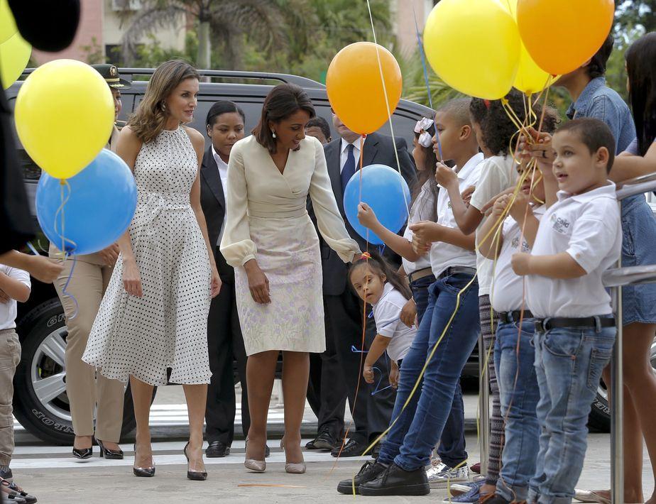 La esposa del presidente dominicano, Cándida Montilla de Medina (derecha), y la reina Letizia llegan al Centro de Atención Integral para la Discapacidad (CAID) de Santo Domingo Oeste. (EFE)