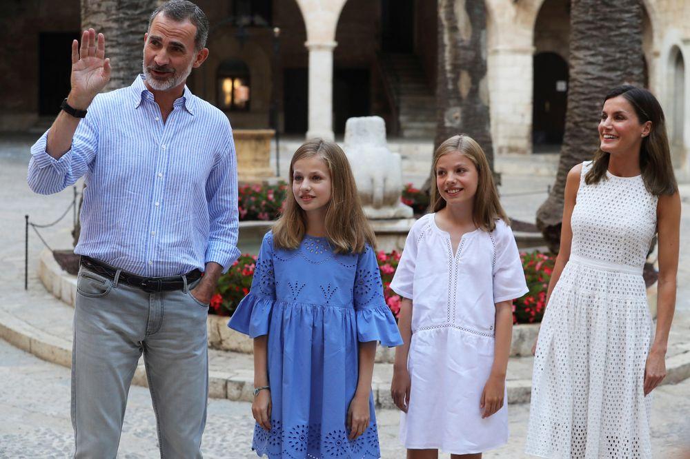 Los reyes de España y sus hijas durante el posado de la familia en Mallorca. (Foto: EFE)